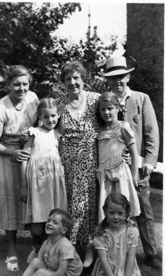 tom-hilda-miffanwy-and-grandchildren-2